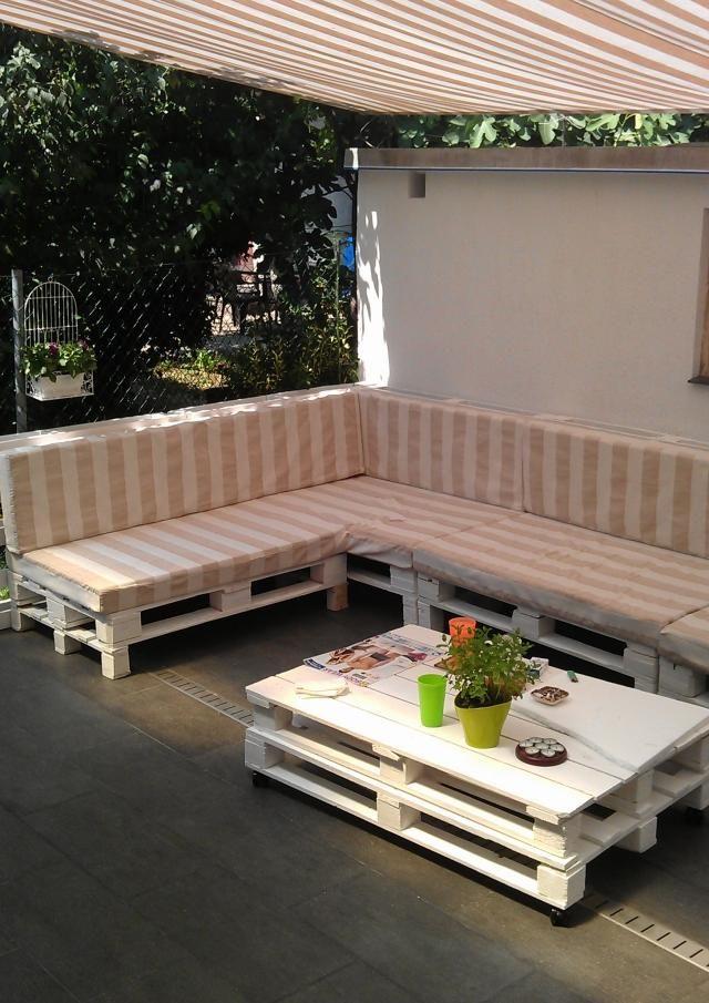 terrassenmöbel europaletten robust sofa tisch sonnenschutz markise ...