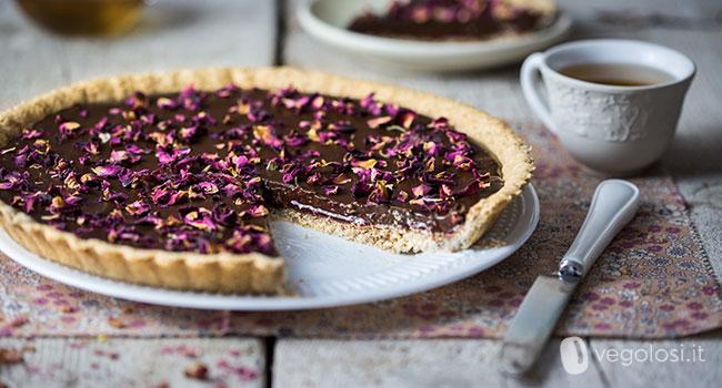 Crostata vegana al cioccolato con lamponi e petali di rose – Vegolosi.it