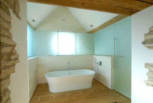 Scheunenumbau Wohnhaus Holzboden Badewanne Badezimmer