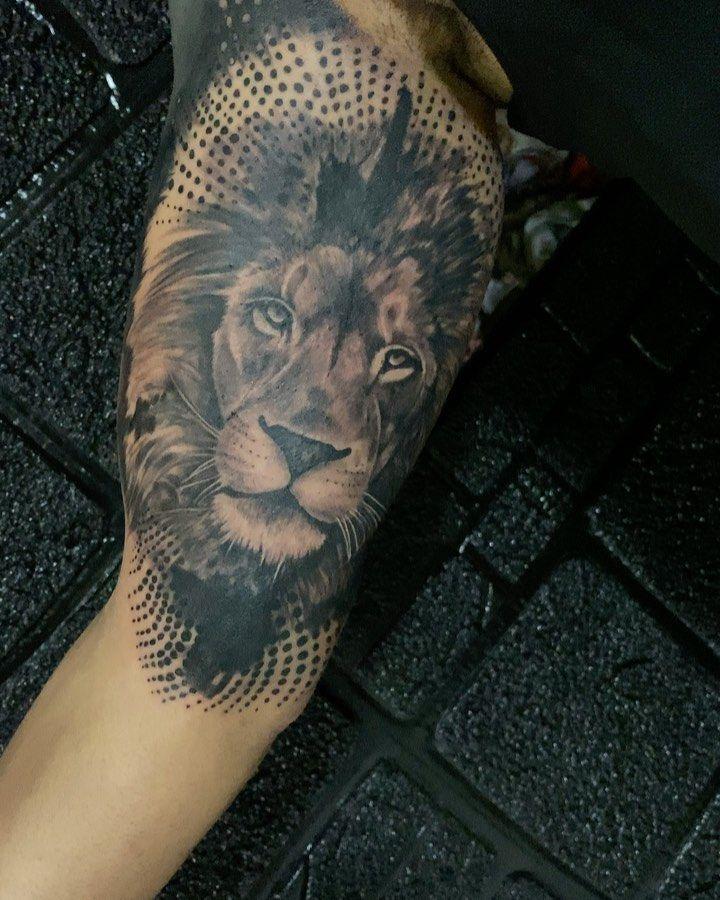 #lion #realistictattoo #realismtattoo #portrait #realistic #black #blackandgreytattoo #sleevetattoo  #3dtattoo #lifetattoo  #tattootime #tattoostyle  #tattoolove  #tattooedguys  #tattoolife  #inkedtattoo  #tattoowork #tattooer  #tattooflash #tattooart #inked #ink #lebanontattoo  #beiruttattoo  #tattoos  #tattoo #nabatieh #hamra @jouny_tattoo