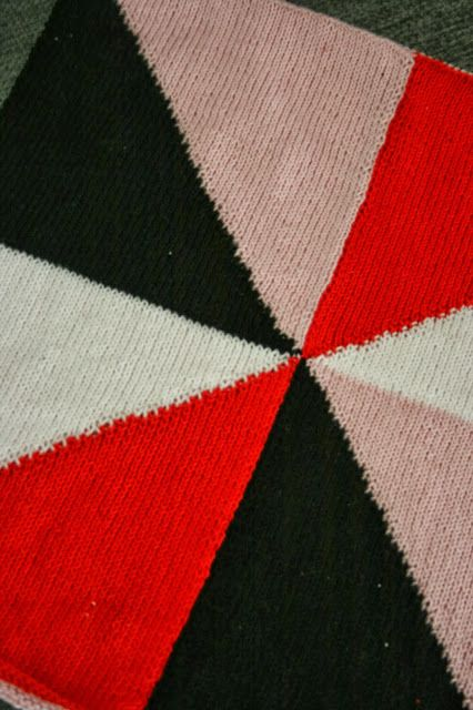 Photo of Mønster for strikket pute med trekanter.