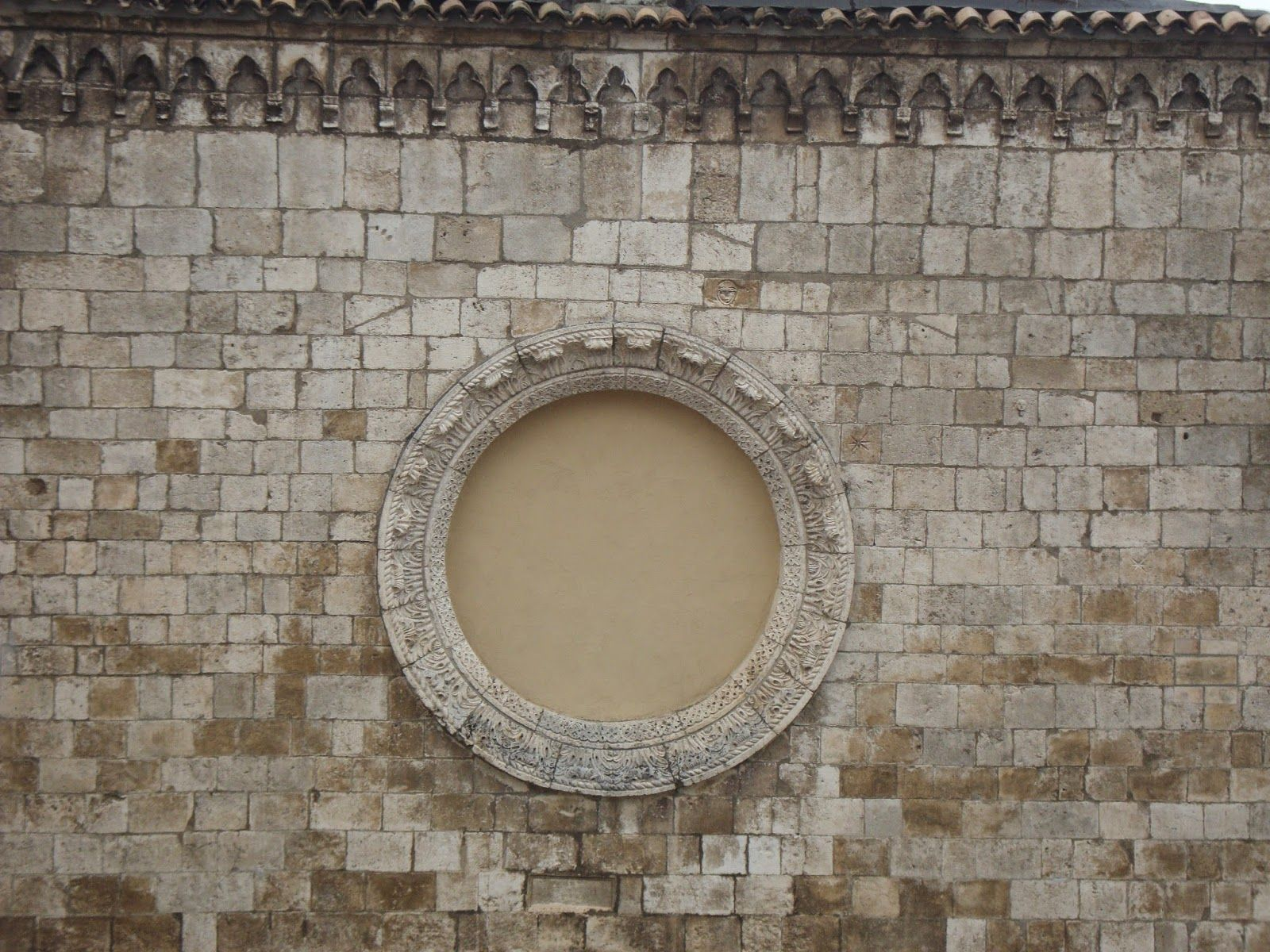 Chiesa di Sant'Angelo a Celano (L'Aquila) Particolare della facciata  http://lefotodiluisella.blogspot.it/2015/02/celano-laquila.html