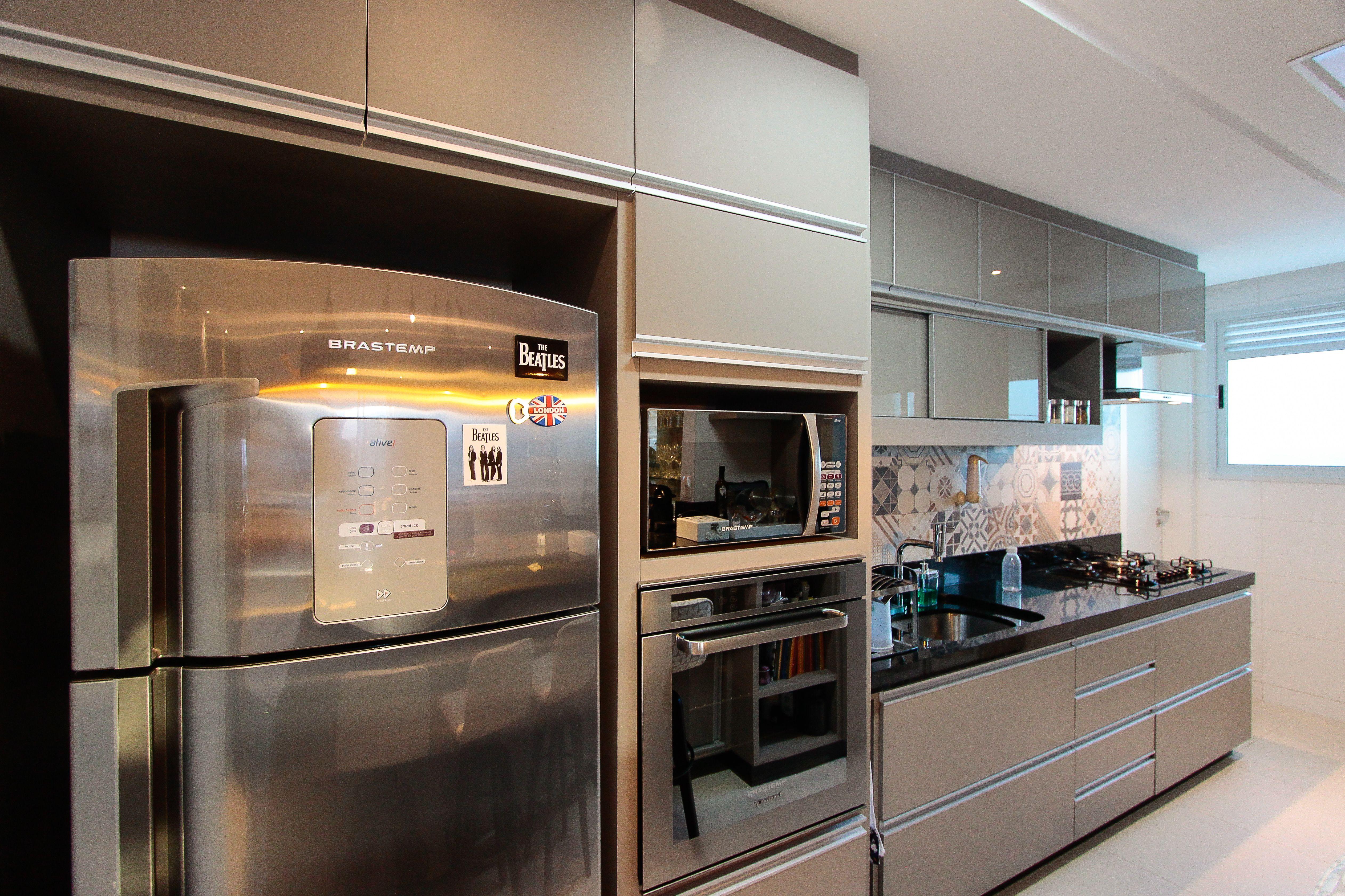 Cozinha Cozinha Toda Em Cor Fendi Com Bancada Em Pedra Preta E