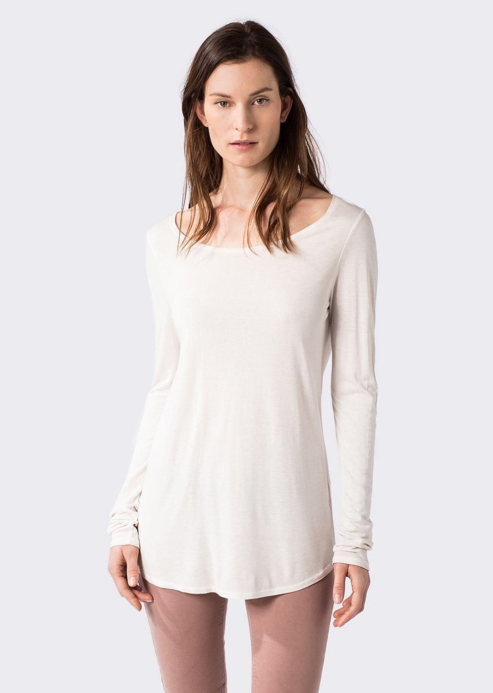 Individuell gefärbtes, im Material kombiniertes und leger geschnittenes Shirt im femininen Serafino-Stil mit schmaler Knopfleiste und einer kleinen Brusttasche. 100% Viskose und der kühle Griff sorgen für einen herrlichen Tragegenuss...