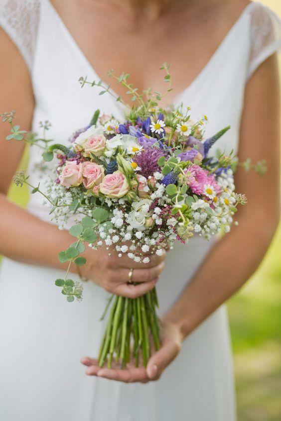 Brautstrauß wie frisch von der Wiese gepflückt #bridalflowerbouquets