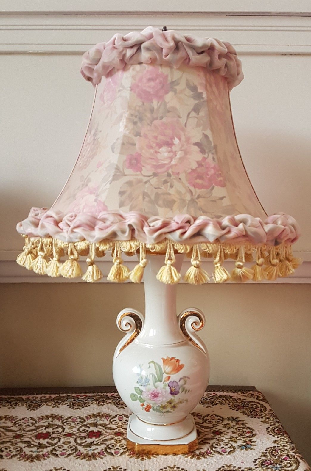 1940 S Ladies Boudoir Table Lamp With Period Floral Lampshade The Shade Has A Yellow Silk Inner Lining With A Second Outer Lining Of Pink R Osveshenie Interer