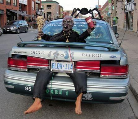 Décoration vraiment réussit de cette voiture pour Halloween