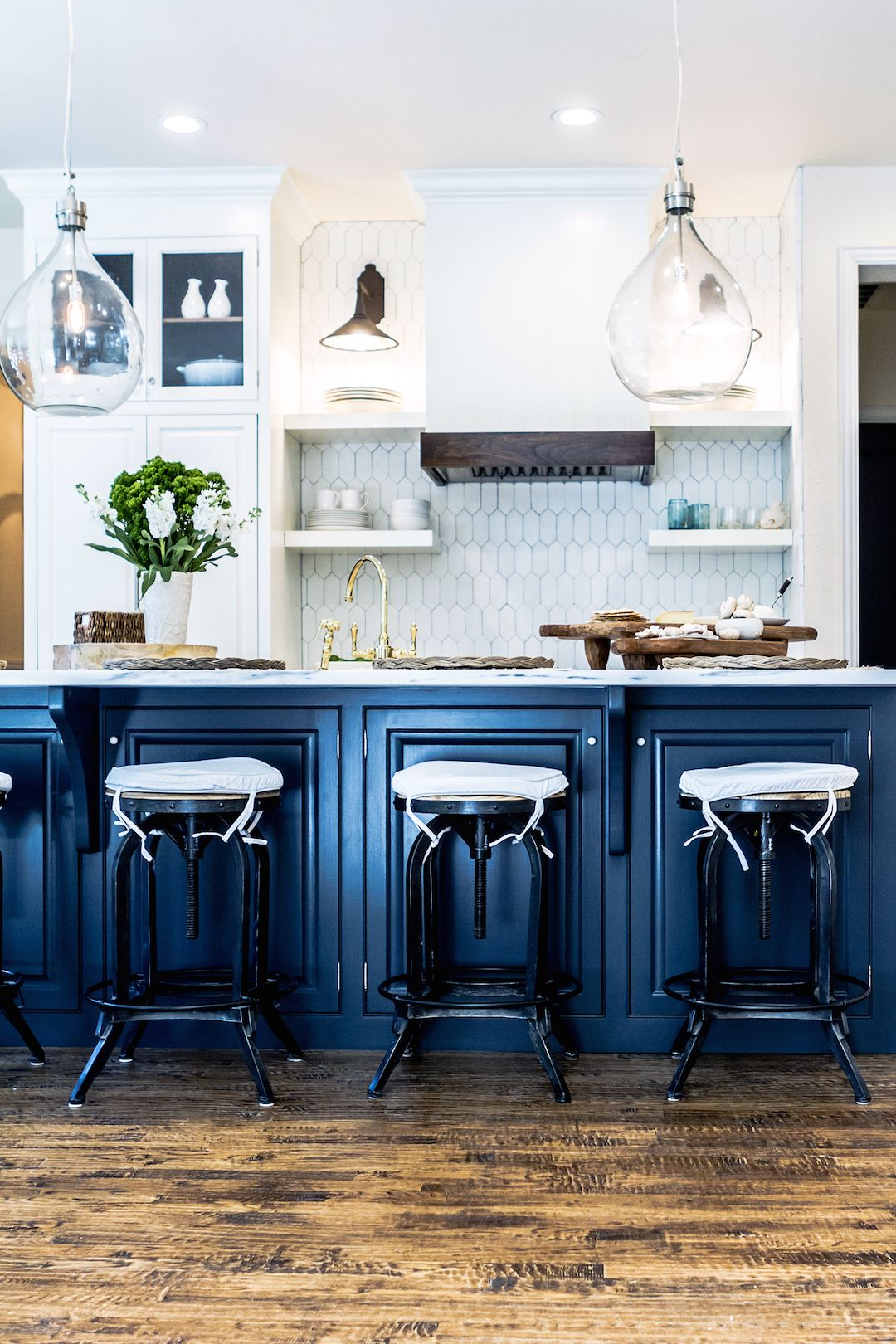 Kitchen blues navy kitchen kitchens and navy for Navy blue kitchen cabinets