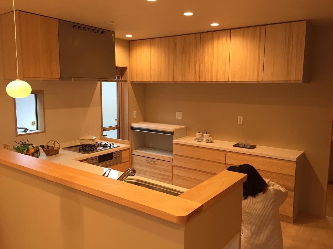 キッチンはウッドワンの無垢にしました カウンターは一枚板です