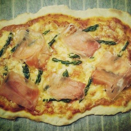 Pizza mit Spargel, Sprinz, Rohschinken & Chilli