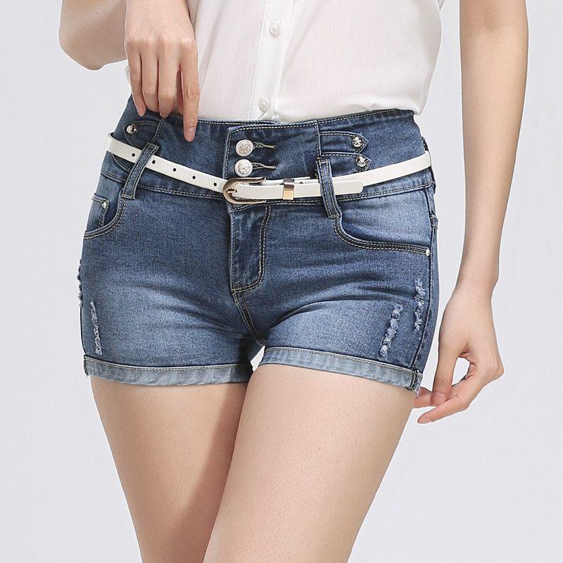 Chica quitándose los pantalones cortos 8