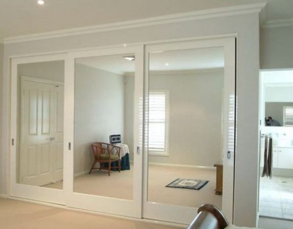 Ten un armario con puertas de espejo puerta de espejo for Espejo para pegar en puerta