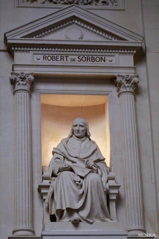 Grand amphithéâtre de la Sorbonne : statue de Robert de Sorbon .
