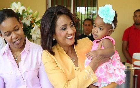 La Primera Dama Cándida Montilla de Medina entregó este lunes la casa prometida a Aracelis Guzmán, madre de los sextillizos