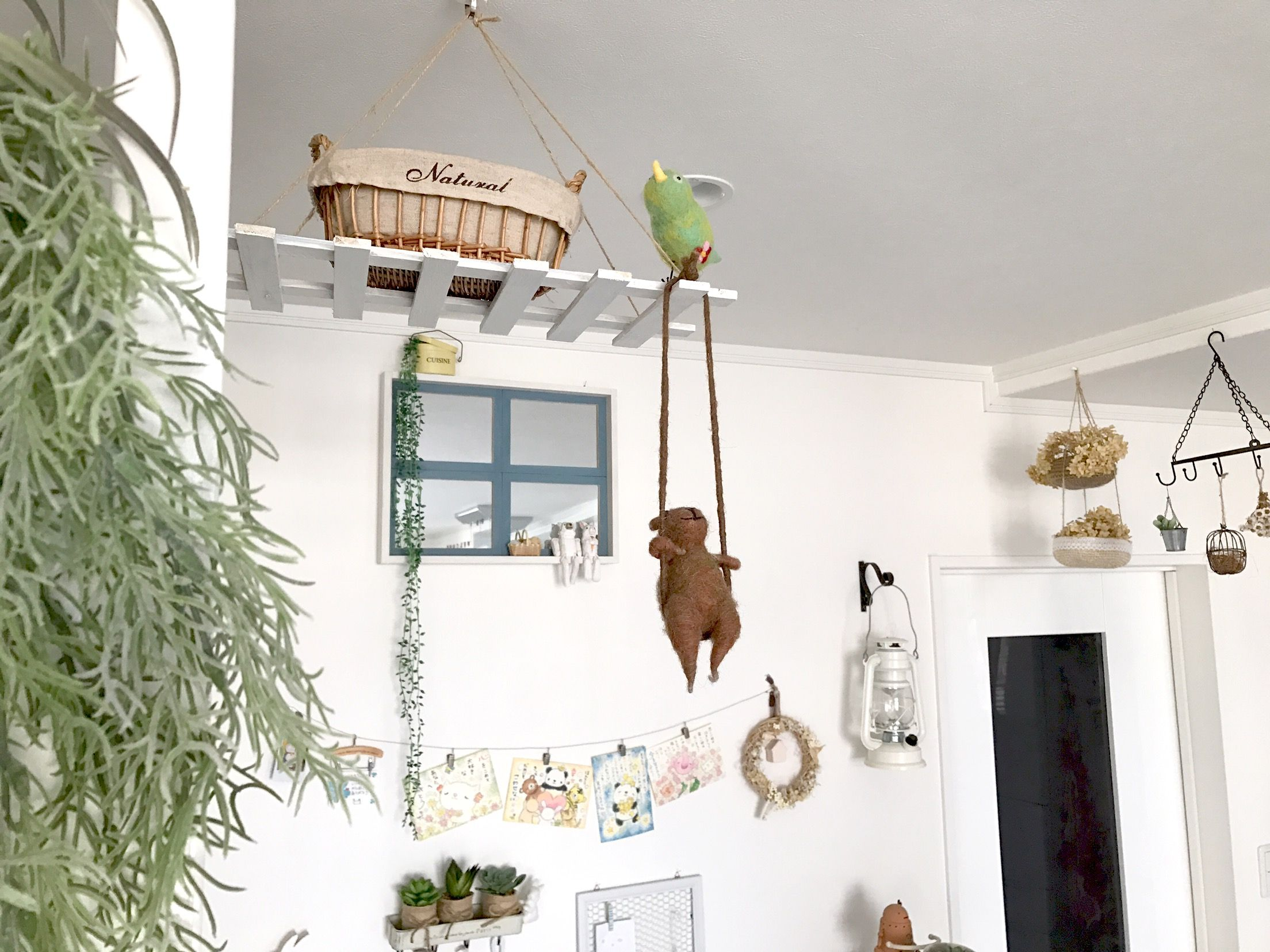 セリアのミラーで♪窓風シェルフ*。 セリアのミラーを使って、ちょこっと雑貨を飾れる窓風シェルフを作りました♪