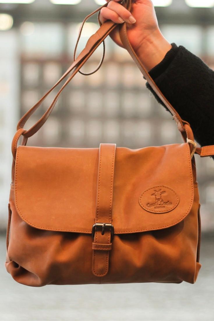 """Eine Handtasche für alle Tage. Sie überzeugt mit Stil und Funktionalität für den Alltag. Ob beim Stadtbummel oder Spaziergang - diese Handtasche """"Erica"""" ist überall dabei."""