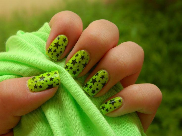 uñas verdes con estrellas negras