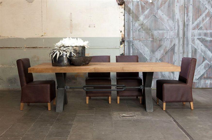 Robuuste tafel met metalen onderstel: Industriel & landelijk.