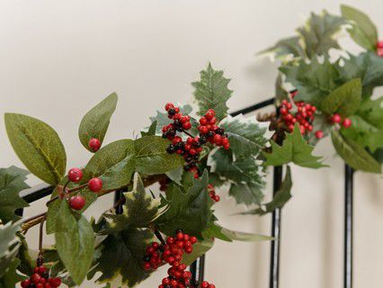 Adding Christmas Garlands & Wreaths to your home over the festive period is a great way of bringing a little bit of the outdoors indoors