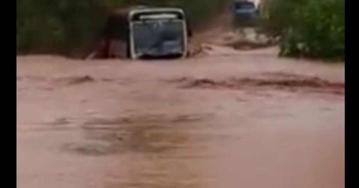 Motorista de ônibus desaparece ao ser levado por enxurrada no Paraná