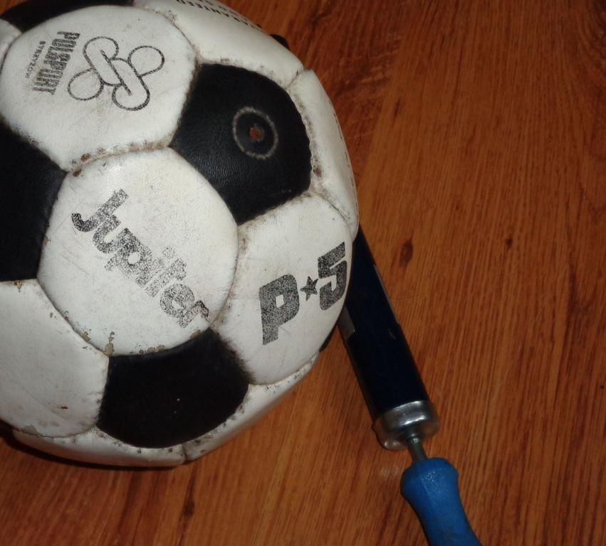 Pilka Nozna Pompka Do Pilki Lata 80 Uszkodzna 5774898753 Oficjalne Archiwum Allegro Soccer Ball Soccer Sports
