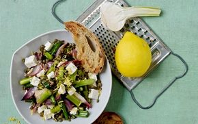 Linsesalat med salatost og hvidløgsbrød Linser smager godt, mætter godt og er fyldt med protein fra planteriget. I denne friske og fyldige salat får de smag fra bl.a. olivenolie, citron og salatost.