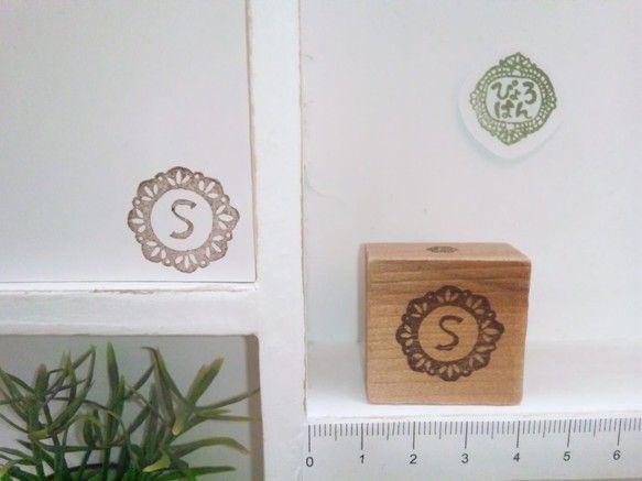 ドイリーの中にアンティークなイニシャルを入れました。こちらは「S」ですが、全26文字あります。上下がわかるようなポイント付き。木片の大きさが3センチ角です。作... ハンドメイド、手作り、手仕事品の通販・販売・購入ならCreema。