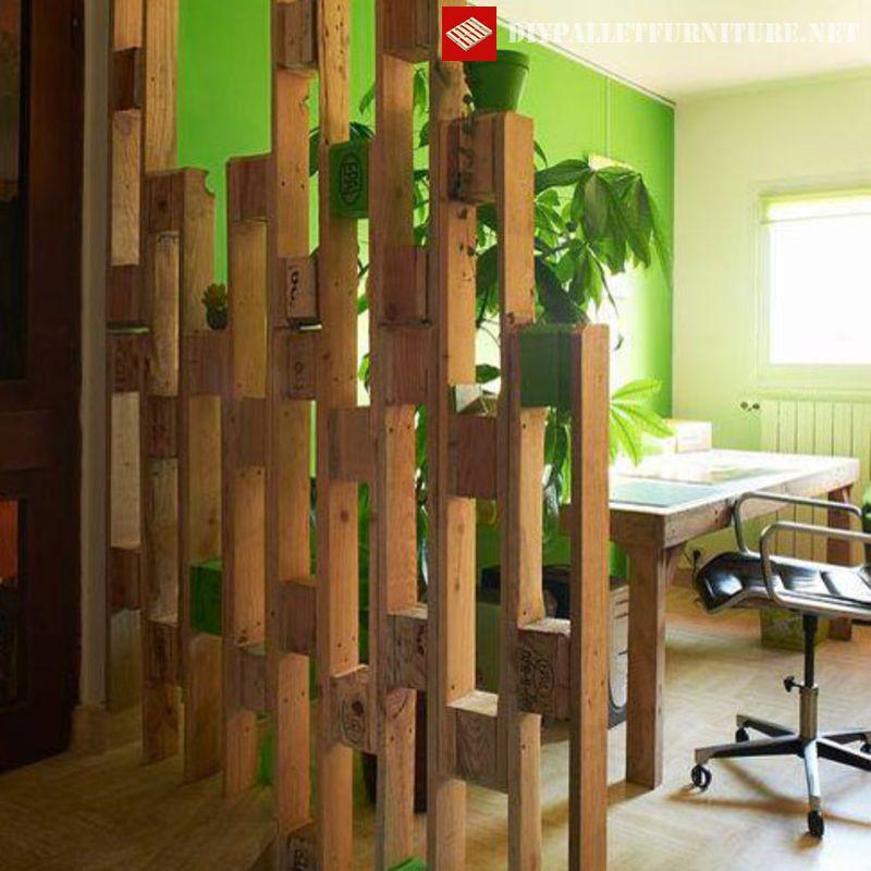 Mit Einem Sehr Interessanten Entwurf Und Mit Palettenstücken Gebaut, Ist Es  Sehr Nützlich, Räume Zu Teilen, Ohne Die