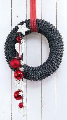rustikaler strickkranz weihnachten diy adventskranz. Black Bedroom Furniture Sets. Home Design Ideas