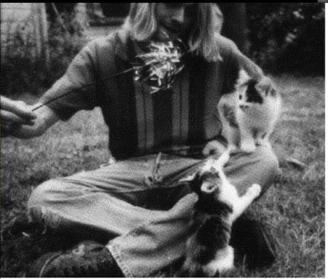 13 Rare Candid Photos Of Kurt Cobain Playing With His Cats