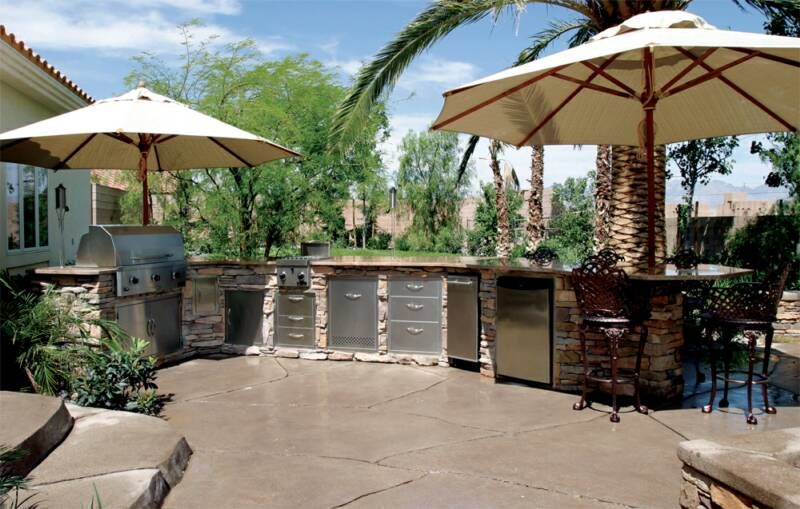 I Really Like This Outdoor Kitchen Close Enough To The House For Hauling Things Plenty Of Storage And Counter Space And The Umbrellas Add Ni Outdoor Kitchen Plans Outdoor Outdoor Gas