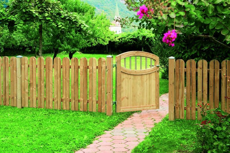 Astonishing wooden fence designs for your front yards for Small front yard ideas with fence