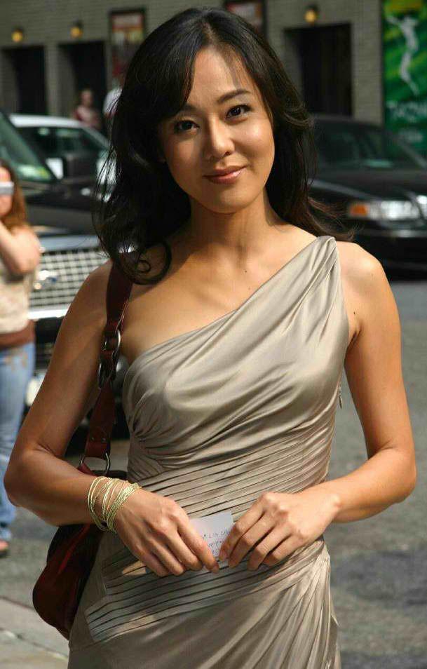 金仑珍 Yunjin Kim (born November 7, 1973) is an American film and theater actress born in South Korea. Although she is best known in the English-speaking world for her role as Sun on the American television series Lost, Kim has also appeared in numerous film and TV projects in South Korea.