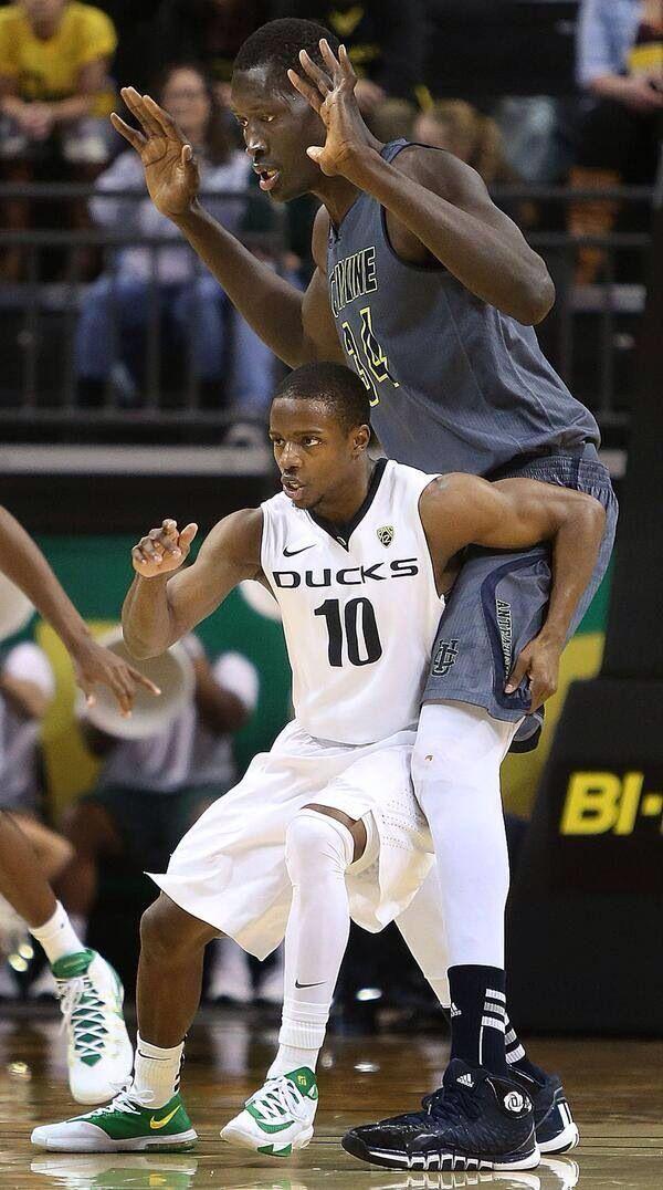 """5'8"""" Jonathan Loyd of Oregon guarding UC Irvine's 7'6"""" Mamadou Ndiaye"""