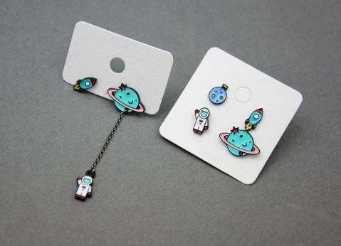 Cute Astronaut Planet y Rocket post aretes, Space aretes, Astronaut cuelgan aretes