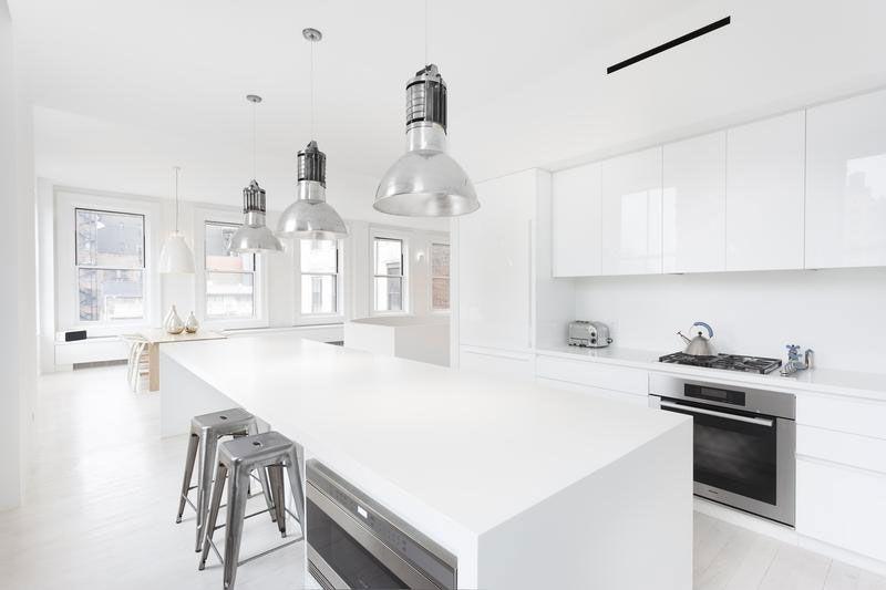 cocina moderna abierta muebles lacados en color blanco, isla central ...