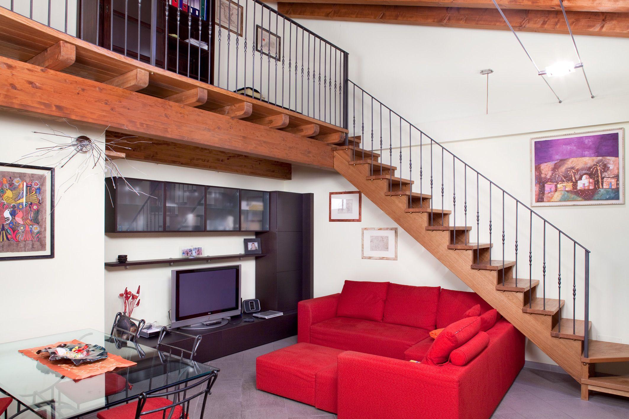 Letto A Soppalco In Ferro soppalco con struttura in legno e scala per interni in