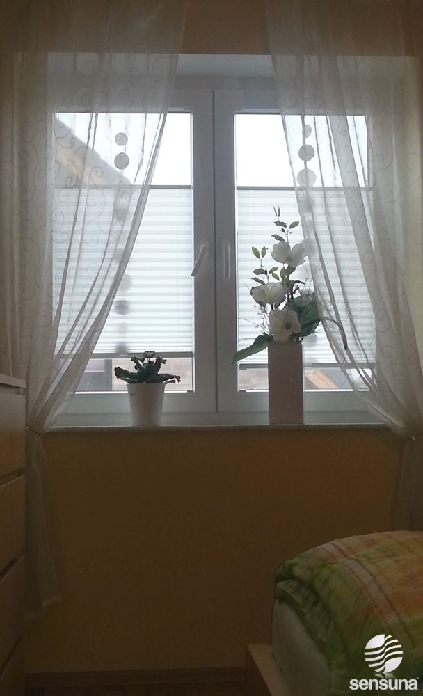 sensuna® Plissee Gardinen am Schlafzimmer Fenster pleated blinds