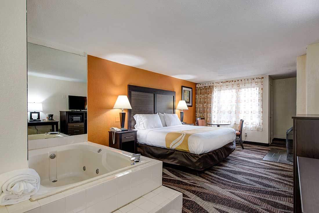 Pleasant King Jacuzzi Suite At Quality Inn Creekside In Gatlinburg Beutiful Home Inspiration Ommitmahrainfo
