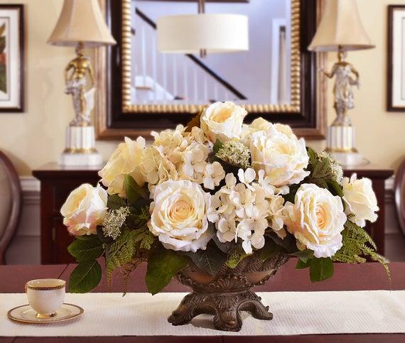 Roses And Silk Floral Arrangement In Vase Dekoracie