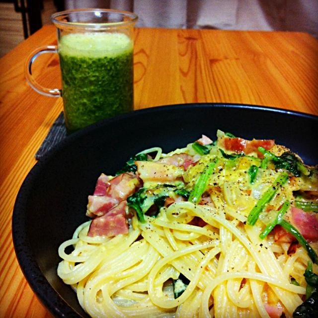 got block of bacon, have cream in my fridge... It's well-balanced with green smoothie :p ブロックのベーコンと生クリームがあったので。グリーンスムージーで野菜を摂った気になる(^^;; - 4件のもぐもぐ - Today's dinner: spaghetti carbonara and green smoothie by Tomoko