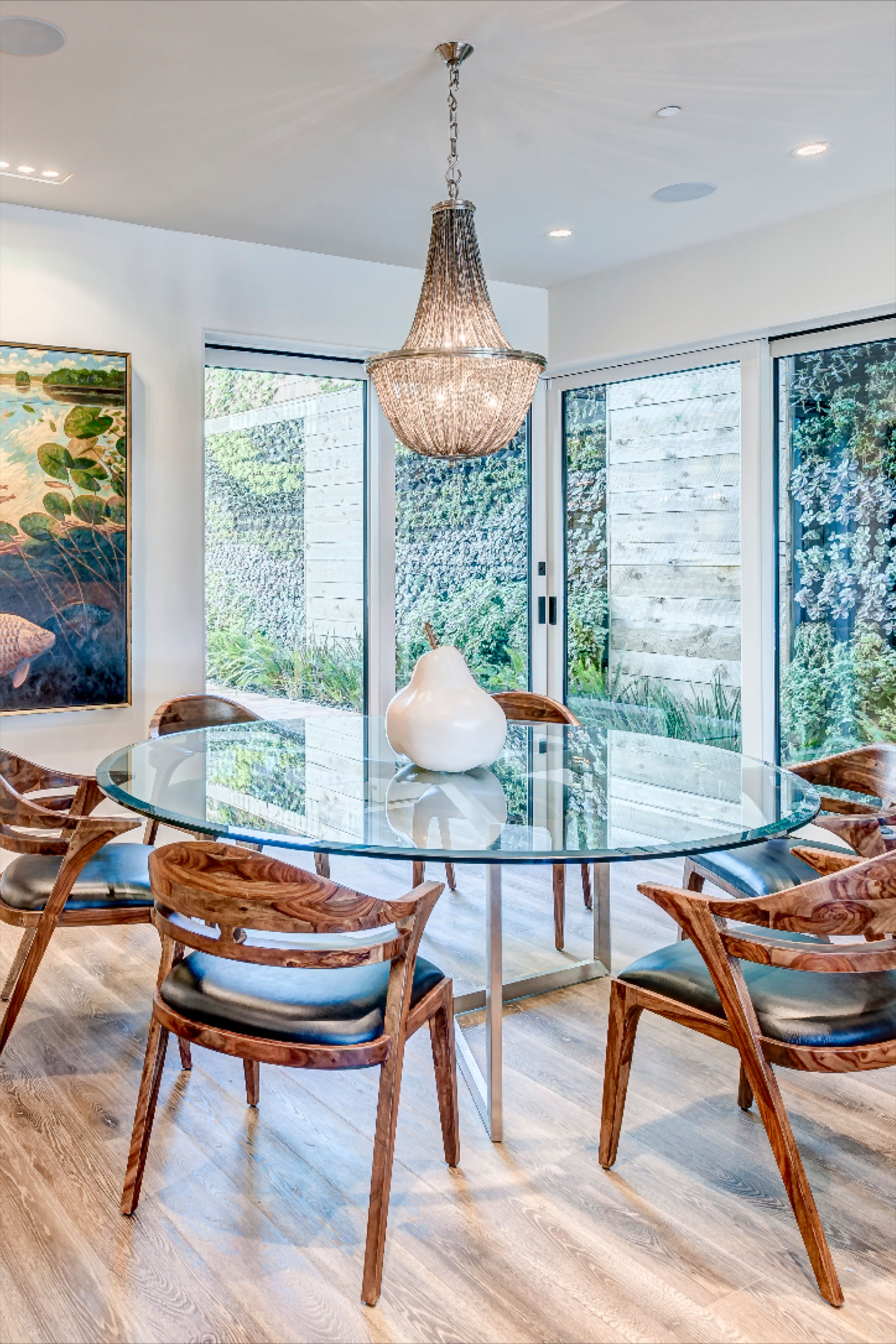 214 Narcissus Ave. Captivating contemporary home with expansive ocean view. #coronadelmar #realestate #orangecounty #luxuryhome #interiordesign #diningroom