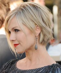 Jennie Garth Short Straight Layered Light Blonde Bob Haircut With Side Swept Bangs And Blonde Highlights Short Hair Styles For Round Faces Short Hair Styles Hair Styles