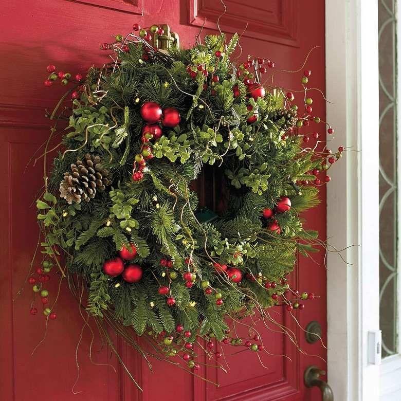 Decoration De Noel Americaine Traditionnelle Couronne Verte Avec Baies Rouges Decoration Noel Couronne Noel Deco Noel Sapin