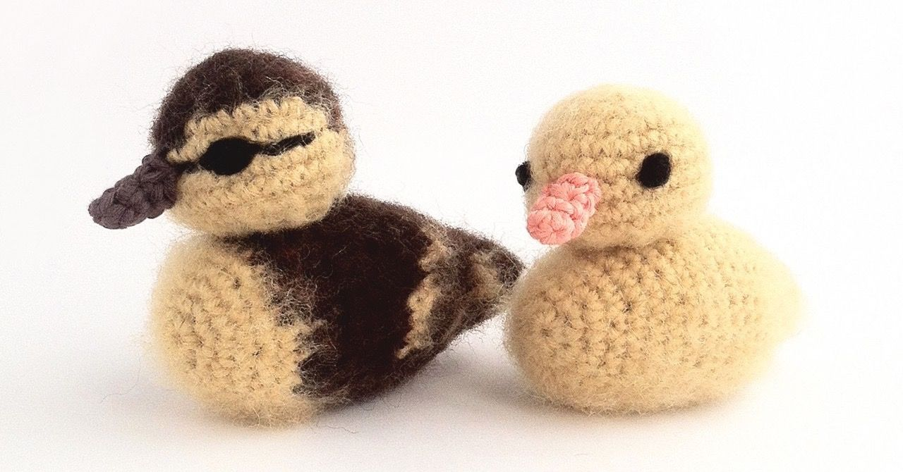 Crochet duckling pattern! Detailed crochet pattern with loads of colour photos for fluffy mallard ducklings or yellow ducklings. Realistic and so cute!