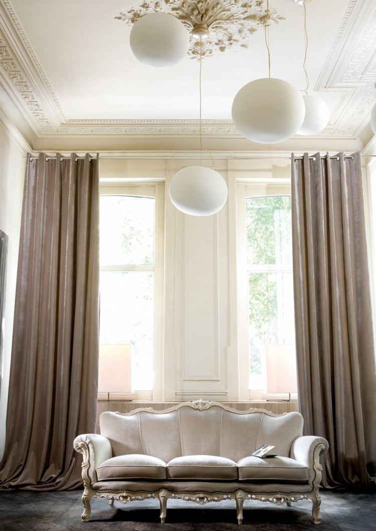 rideaux design en soie beige fonc canap droit de style baroque et suspensions boules d co. Black Bedroom Furniture Sets. Home Design Ideas
