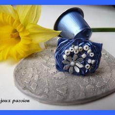 Bague réalisée avec une capsule de café nespresso de couleur bleue