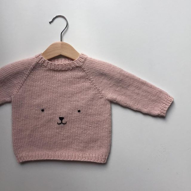 Jeg arbejder på en opskrift til en basis sweater med halsudskæring - men bare fordi den er basic, behøver den jo ikke være kedelig 🐻 _ Knitting pattern for a basic sweater coming up! ____________________________ #knittersofinstagram #nevernotknitting #knitting #knit #strikk #strik #barnestrikk #børnestrik #babystrikk #strikkemamma #mammastrikk #i_loveknitting #strikkedilla #knitspiration #knitstagram #knitsforkids #sticka #stickning