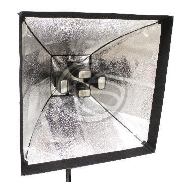 Campana reflectora diseñada para disponer hasta 4 flash speedlite en el interior. Se trata de una campana con frontal cuadrado de tamaño 60x60 cm. El exterior de la campana es de color negro y el interior plateado reflectante.