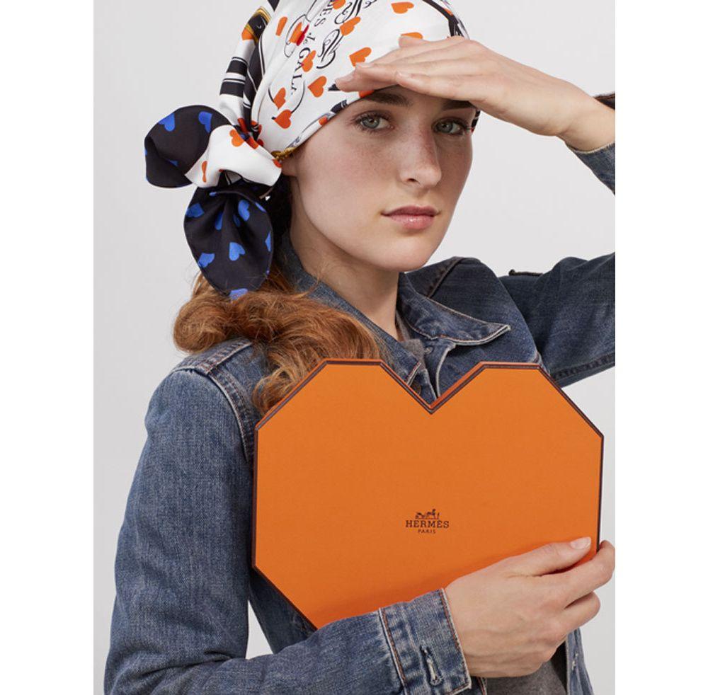 La maison française dévoile Brides de Gala Love, un carré de soie inspiré  d un modèle de 1957 dorénavant orné de petits cœurs aux tons orange et  bleu, ... 261ee517287